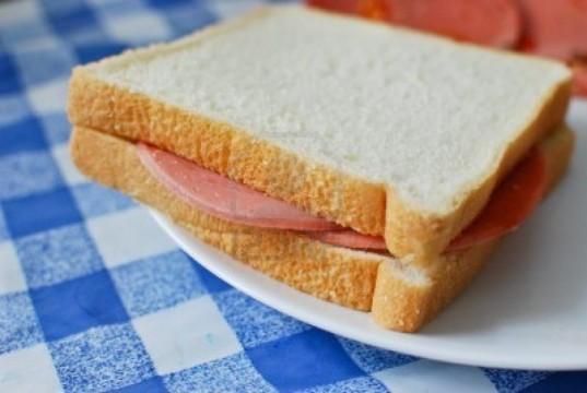 8797292-white-bread-bologna-ham-sandwich-serve-on-a-dish-1024x686